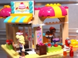 lego-41006-downtown-bakery-friends-10
