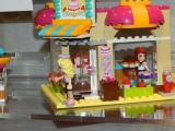 lego-41006-downtown-bakery-friends-3