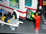 lego-city-4431-ambulance-ibrickcity-7