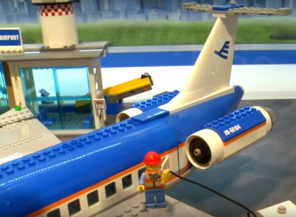 Lego-60104-Airport-Passenger-Terminal-city-2