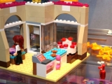 lego-41006-downtown-bakery-friends-11