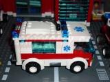 lego-7890-ambulance-city-6