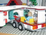 lego-city-4435-car-and-camper-ibrickcity-1